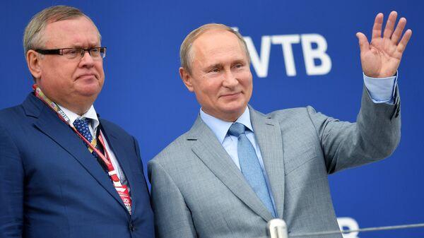 Владимир Путин и Андрей Костин. Архивное фото