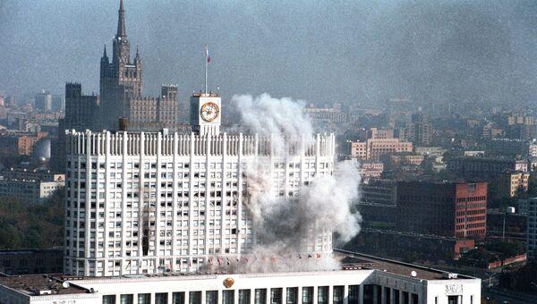 Октябрьские события 1993 года. Пожар в Белом доме после того, как войска открыли по нему огонь.