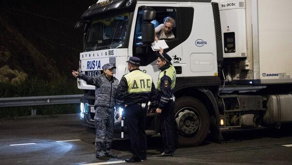 Сотрудники ДПС во время проверки грузовиков на подъезде к Крымскому мосту, где были сняты ограничения на движение фур свыше 3,5т. 1 октября 2018