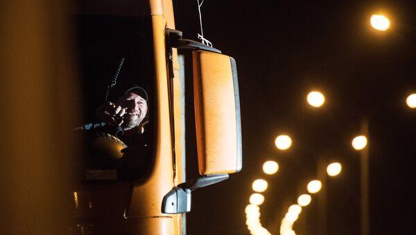 Водитель в кабине грузовой машины на Керченском мосту