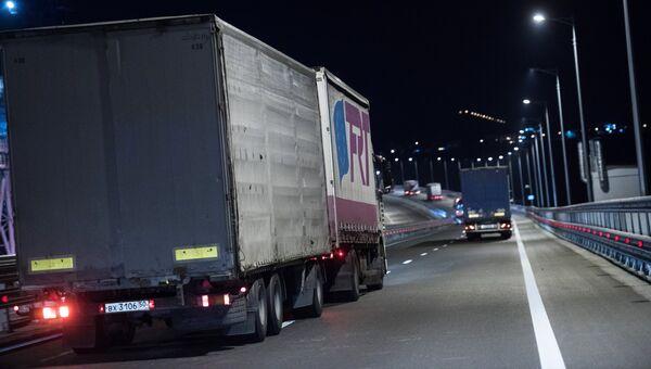 Грузовые машины на подъезде к Керченскому мосту