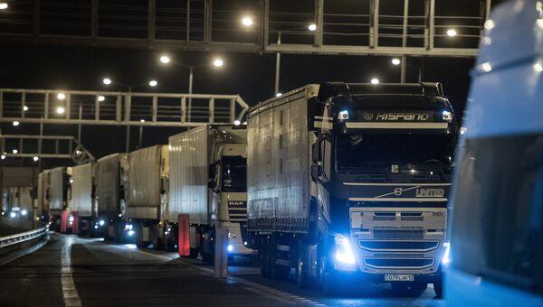 Грузовые машины на Керченском мосту