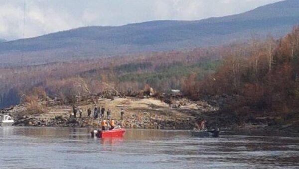 Сотрудники МЧС на месте крушения вертолета Robinson в Иркутской области