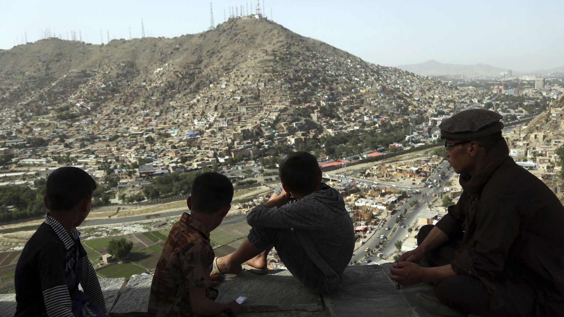 Подростки смотрят на город Кабул - РИА Новости, 1920, 23.01.2021