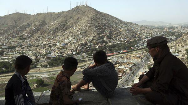 Подростки смотрят на город Кабул