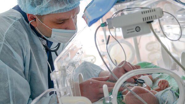 Врач проводит обследование маленького пациента. Архивное фото