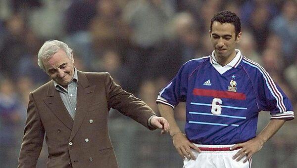 Шарль Азнавур с нападающим Юрием Джоркаевым перед матчем Франция-Армения, 31 марта 1999 год