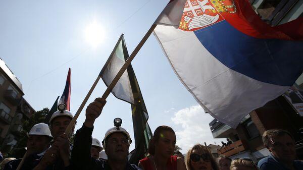 Сербы Косово с флагом Сербии во время митинга