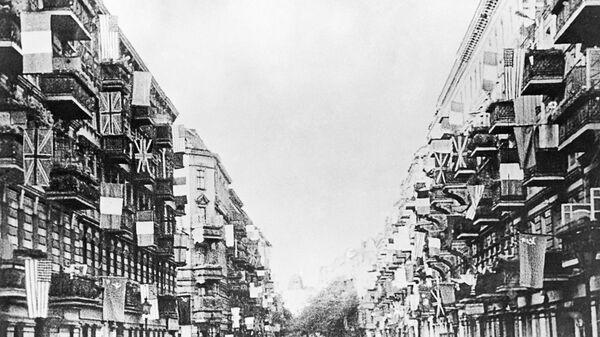 Государственные флаги СССР, США, Великобритании и Франции на одной из улиц Берлина, вывешенные в день подписания Декларации о поражении Германии
