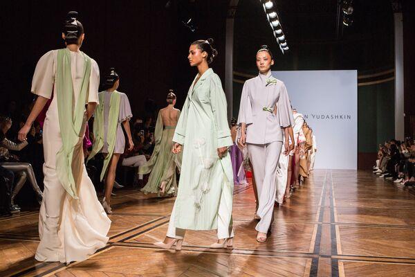 Модели демонстрируют одежду из новой коллекции весна-лето 2019 года  модельера Валентина Юдашкина на Неделе dc522478ff3