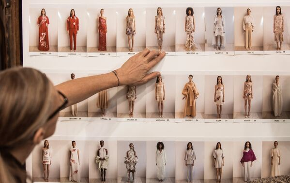 Подготовка к показу новой коллекции весна-лето 2019 года модельера Валентина Юдашкина на Неделе моды в Париже
