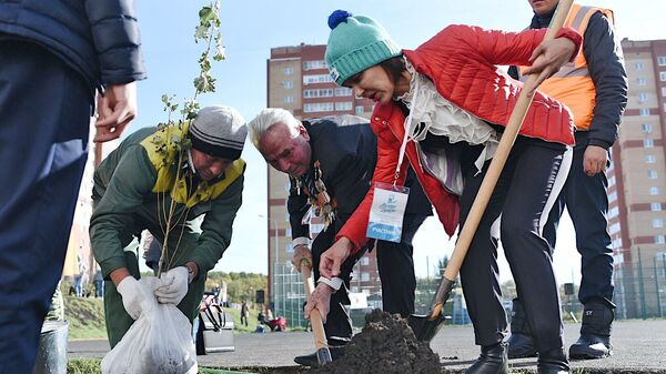 Участники форума серебряных волонтеров высадили Аллею Добра