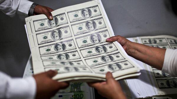 Листы с напечатанными долларовыми банкнотами