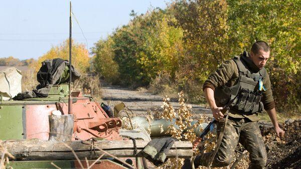 Украинский военный на контрольно-пропускном пункте в районе города Попасная Луганской области