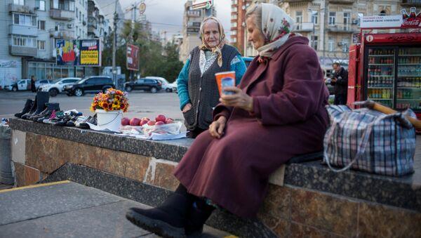 Пожилые женщины у подземного перехода в центре Киева. 25 сентября 2018