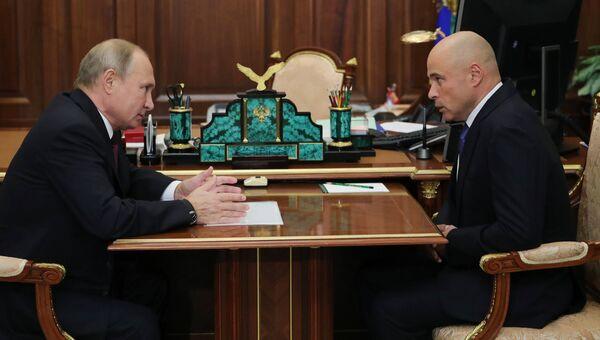 Президент РФ Владимир Путин и временно исполняющий обязанности губернатора Липецкой области Игорь Артамонов во время встречи. 2 октября 2018