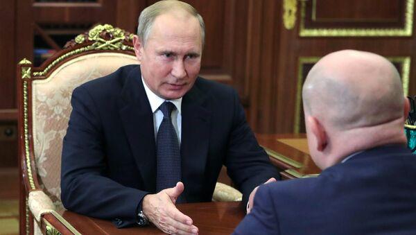Владимир Путин и ВРИО главы Республики Хакасия Михаил Развожаев во время встречи. 3 октября 2018