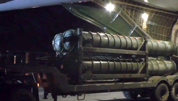 Выгрузка зенитно-ракетных комплексов С-300 в Сирии