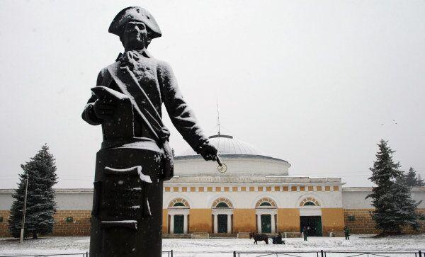 Памятник графу Алексею Орлову, основателю Хреновского конного завода, возле центрального корпуса предприятия