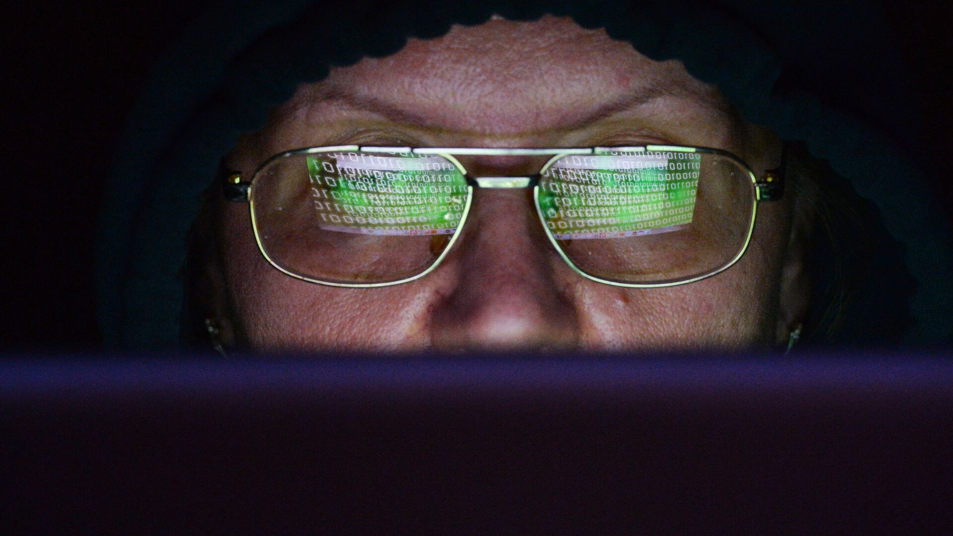 Женщина сидит за ноутбуком. Глобальная атака вируса-вымогателя поразила IT-системы компаний в нескольких странах мира - РИА Новости, 1920, 18.09.2020