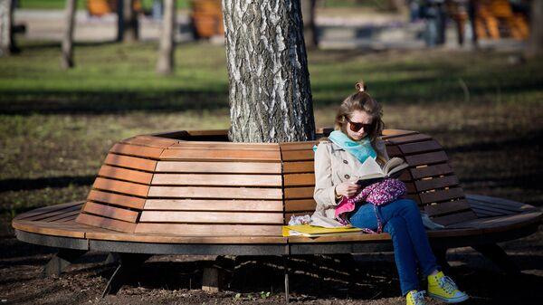 Девушка читает книгу в Центральном парке культуры и отдыха им. Горького