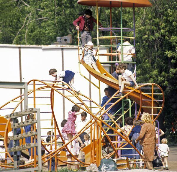 Дети играют на детской площадке в одном из московских дворов