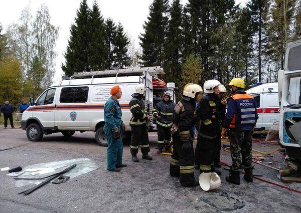 Сотрудники МЧС на месте ДТП в Тверской области. 5 октября 2018