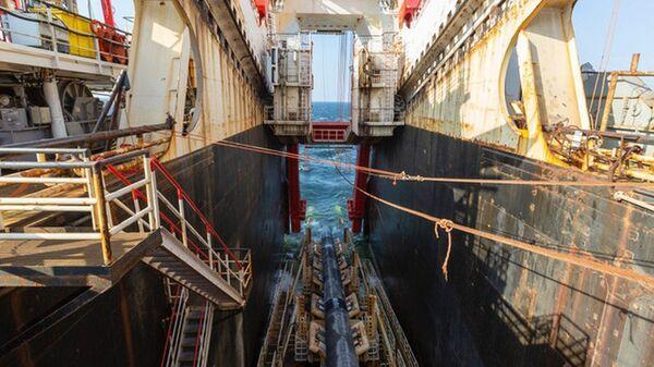 Судно Solitaire во время работ по укладке труб газопровода Северный Поток - 2 в Балтийском море. 1 октября 2018