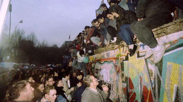 Жители Западной Германии приветствуют жителей Восточной Германии. 1989 год