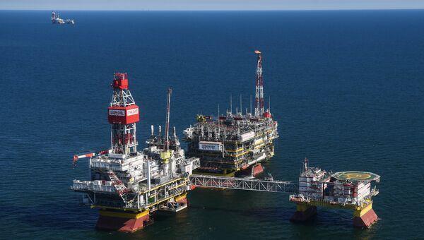 Стационарная платформа компании Лукойл на нефтегазоконденсатном месторождении имени Владимира Филановского в северной части акватории Каспийского моря