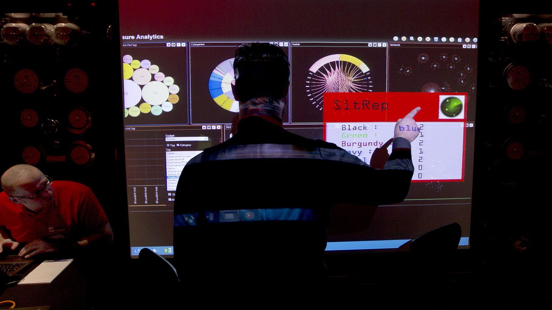 Сотрудники службы электронной разведки Британского правительства во время макетного сценария кибератаки - РИА Новости, 1920, 11.06.2021