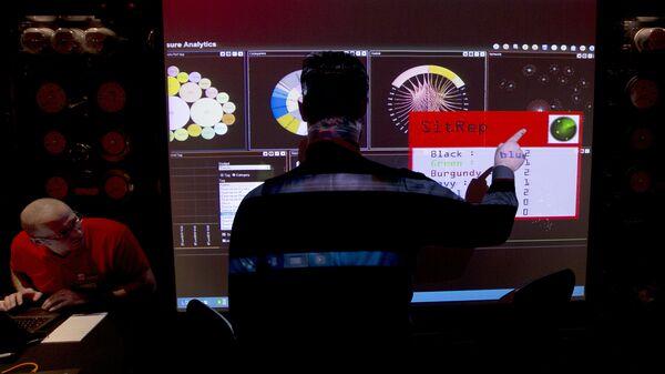 Сотрудники службы электронной разведки Британского правительства во время макетного сценария кибератаки