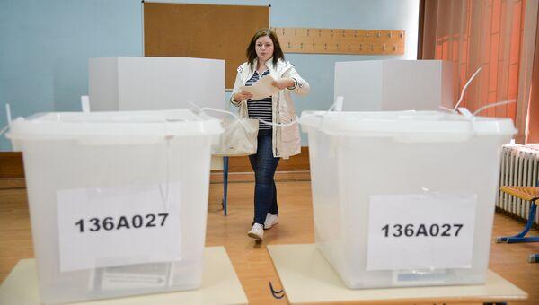 Избиратель во время голосования на выборах в Боснии и Герцеговине. 7 октября 2018