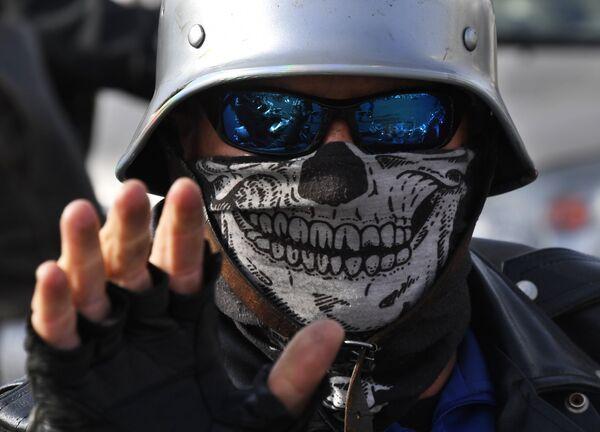 Байкер во время закрытия байкерского сезона во Владивостоке