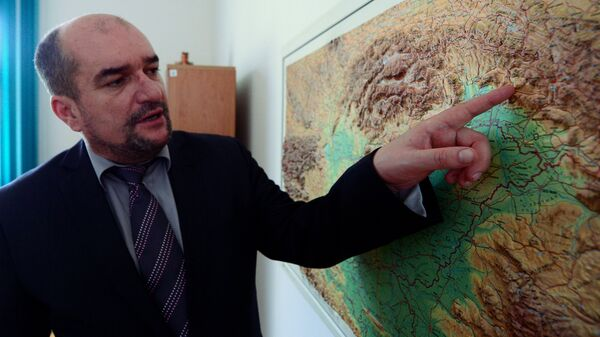 Заместитель председателя Венгерской культурной ассоциации в Закарпатье Лазло Брензовиц показывает региональную карту во время встречи с прессой в Закарпатском венгерском институте Ференца Ракоци II в Берегово