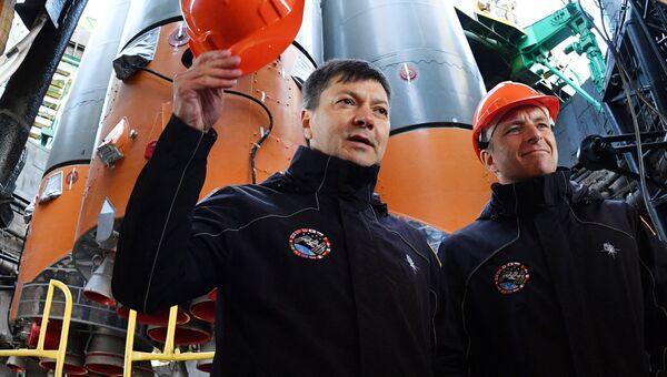 Члены дублирующего экипажа российский космонавт Олег Кононенко и канадский астронавт Давид Сен-Жак во время установки ракеты-носителя Союз-ФГ с пилотируемым кораблем Союз МС-10 на стартовый стол первой Гагаринской стартовой площадки космодрома Байконур