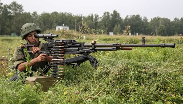 Военнослужащий воздушно-десантных войск России стреляет из крупнокалиберного пулемета НСВ-12,7 Утёс во время учений