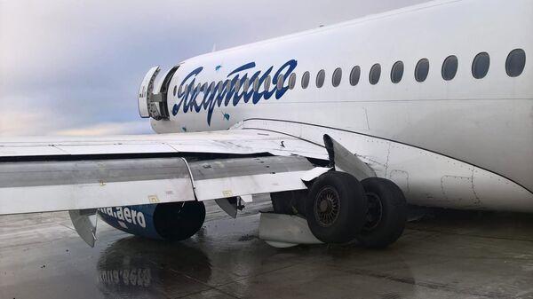 Самолет Sukhoi Superjet 100 авиакомпании Якутия в аэропорту Якутска, где он при посадке выкатился за пределы взлетно-посадочной полосы. 10 октября 2018