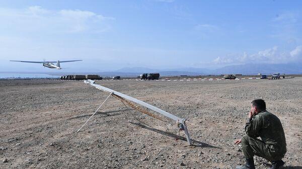 Военнослужащий запускает беспилотный летательный аппарат на командно-штабных учениях ОДКБ Взаимодействие-2018
