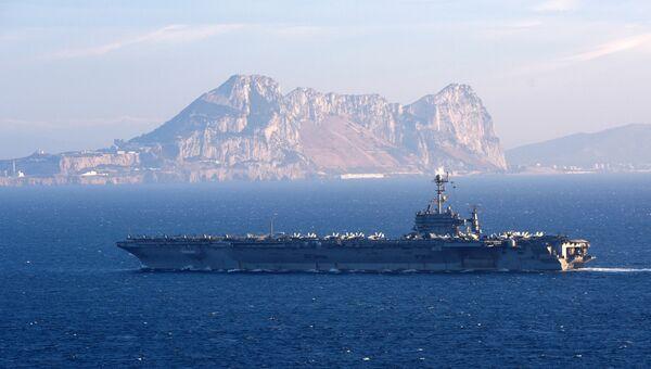 Американский авианосец Гарри Трумэн в Гибралтарском проливе. Архивное фото