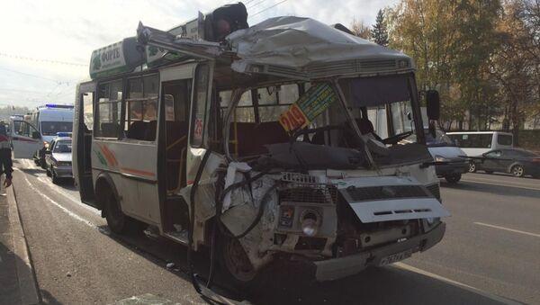 Место столкновения двух автобусов в центре Уфы