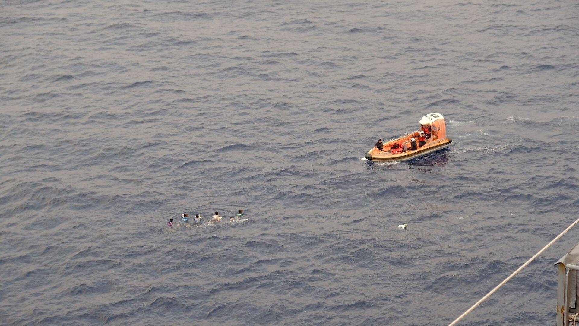 Моряки транспортного судна ВМС США Wally Schirra во время спасения группы филиппинских рыбаков в Южно-Китайском море - РИА Новости, 1920, 27.04.2021