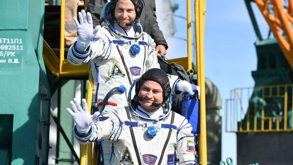 Астронавт NASA Ник Хейг и космонавт Роскосмоса Алексей Овчинин перед стартом ракеты-носителя Союз-ФГ с пилотируемым кораблем Союз МС-10