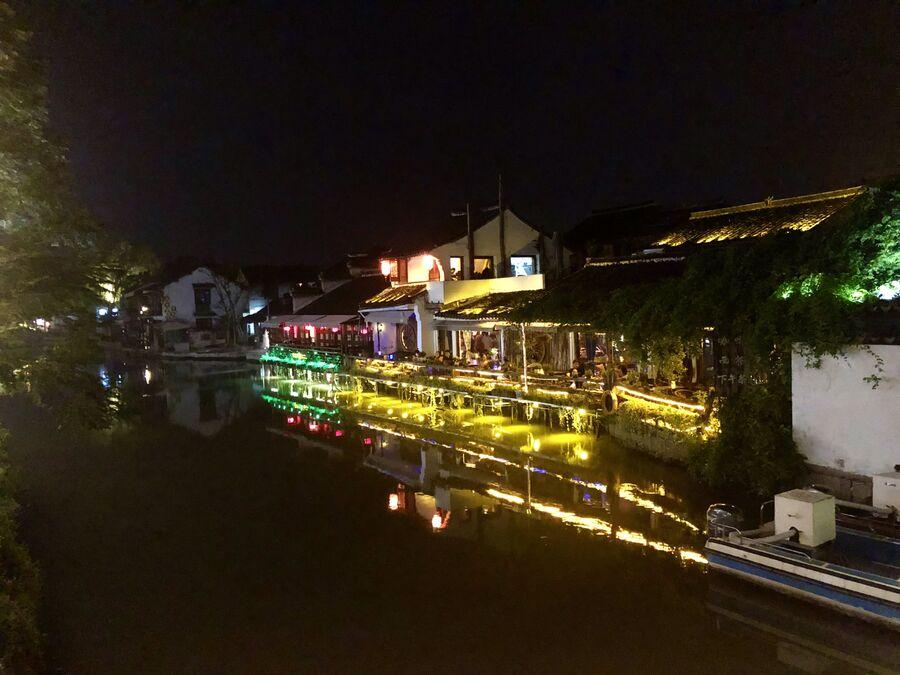 Вид на кафе вечером, Ситан, Китай