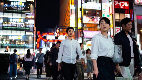Люди в квартале Синдзюку в Токио