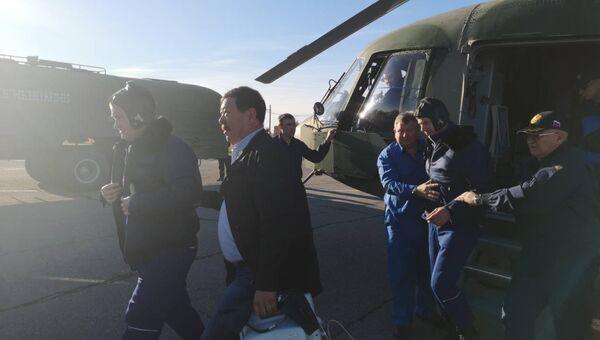 Члены основного экипажа МКС-57/58 космонавт Роскосмоса Алексей Овчинин и астронавт NASA Ник Хейг после аварийной посадки в степи Казахстана. 11 октября 2018