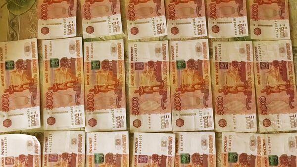 Денежные купюры по 5000 рублей, найденные сотрудниками ФСБ РФ в Татарстане при задержании преступников террористической организации Хизб ут-Тахрир (запрещена в РФ)