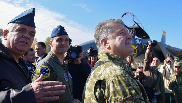 Командующий ВВС Украины Сергей Дроздов и президент Украины Петр Порошенко во время посещения учений Чистое небо-2018 в Хмельницкой области. 11 октября 2018