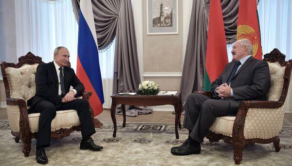 Владимир Путин и президент Республики Беларусь Александр Лукашенко во время встречи в Могилеве. 12 октября 2018