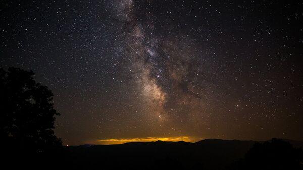 Звездное небо, наблюдаемое во время метеорного потока Персеиды